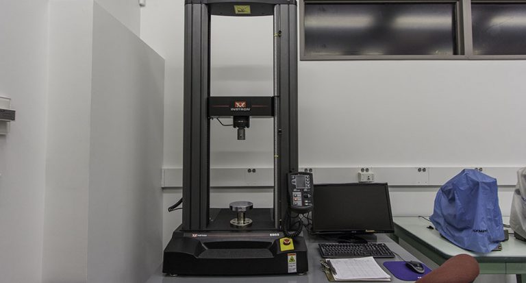 Image of our universal testing machine, made by Instron